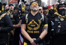 25 वें आदमी गर्वित लड़कों के साथ संबद्ध और कैपिटल दंगा के लिए DOJ द्वारा दर्शाया गया