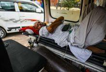 भारत के दैनिक कोविद ने क्राइसिस डीपेंस के रूप में 400,000 पिछले वर्ष के मामले को देखा