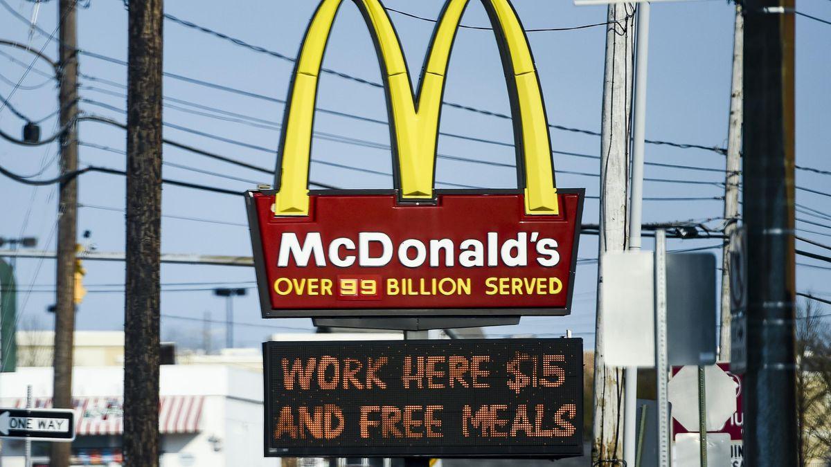 श्रमिकों की कमी की चिंताओं के बीच मैकडॉनल्ड्स वेतन बढ़ा रहा है