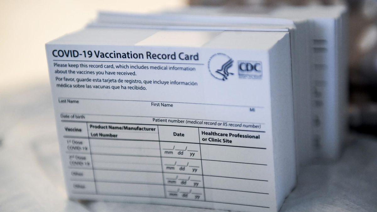 बढ़ रहे हैं नकली वैक्सीन कार्ड: सीवीएस कर्मचारी चोरी करने के आरोप में गिरफ्तार