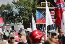 शार्लोट्सविले 2017 व्हाइट नेशनलिस्ट रैली के केंद्र में संघीय मूर्तियों को नीचे ले जाना
