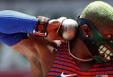 पोडियम प्रदर्शन में यूएस बैक शॉट पुटर रेवेन सॉन्डर्स के रूप में ओलंपिक अधिकारियों ने विरोध के नियमों का सामना किया
