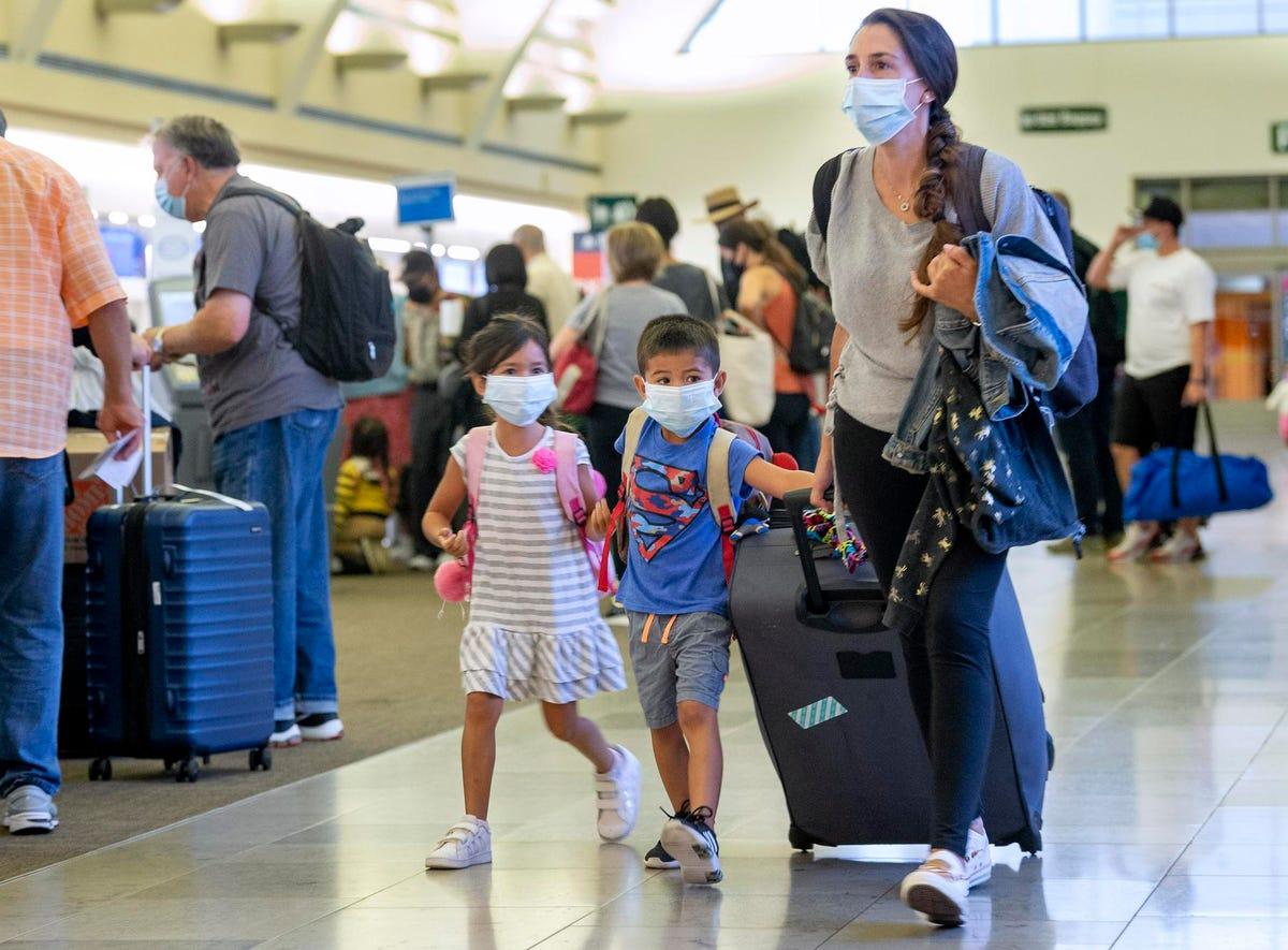 लगभग १० में से ६ अमेरिकी हवाई यात्रा के लिए वैक्सीन जनादेश का समर्थन करते हैं, प्रति नए सर्वेक्षण
