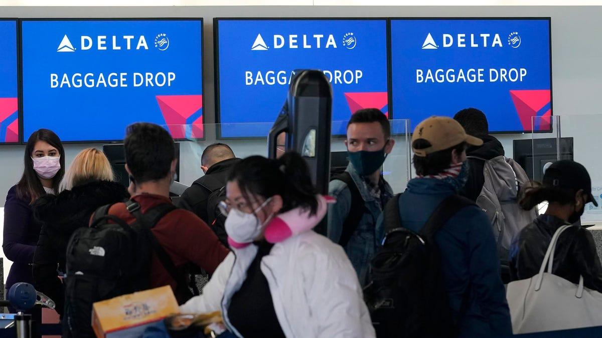 स्वास्थ्य बीमा के लिए डेल्टा एयर लाइन्स गैर-टीकाकृत कर्मचारियों को प्रति माह $ 200 से अधिक चार्ज करने के लिए, सीईओ कहते हैं