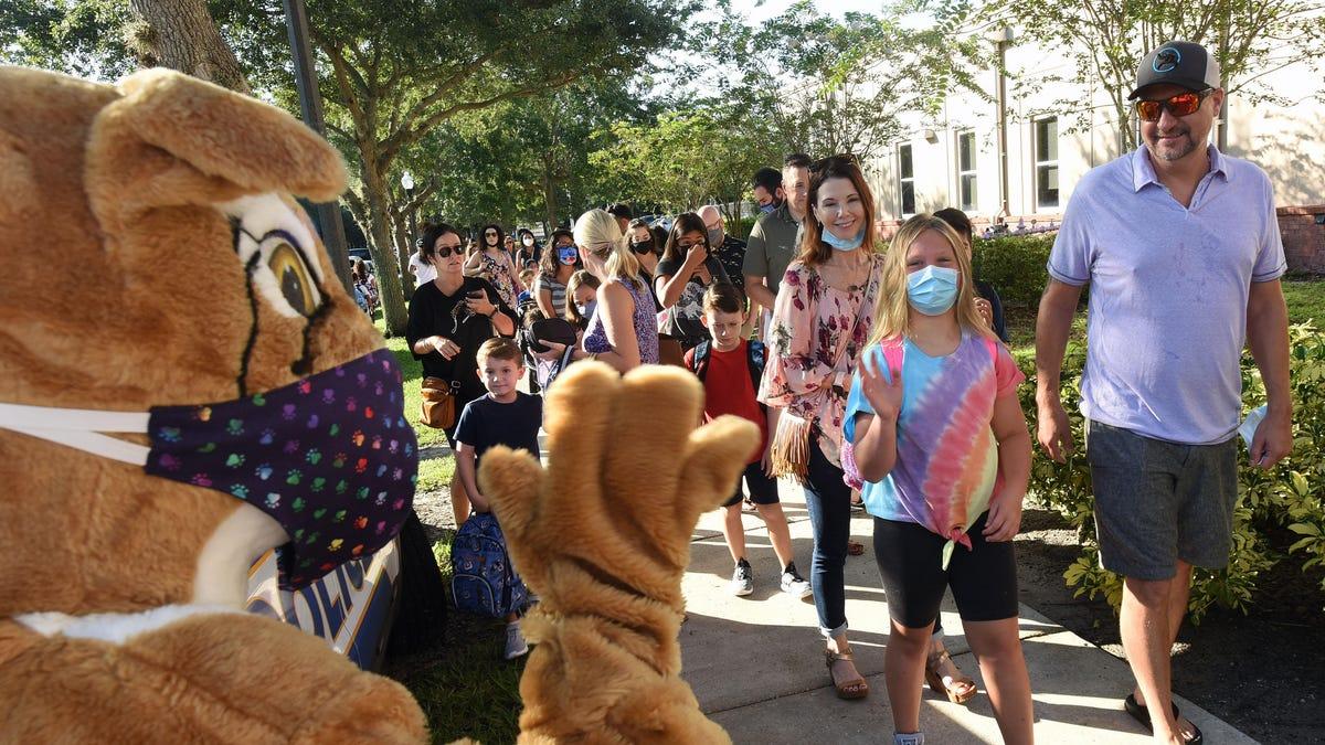 10 फ्लोरिडा स्कूल जिले अब डेसेंटिस के मास्क जनादेश प्रतिबंध को धता बता रहे हैं