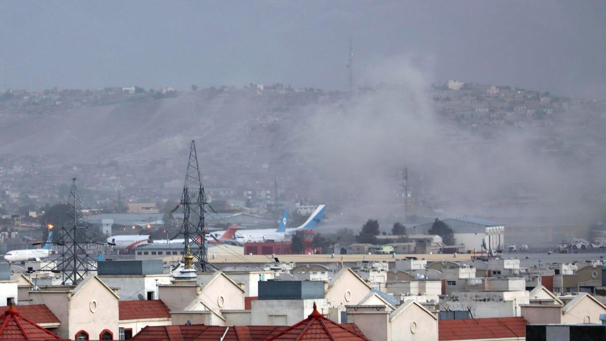 काबुल हवाईअड्डे के बाहर हमले में चार नौसैनिकों, दर्जनों अफगानों के मारे जाने की खबर – आईएसआईएस दोषी