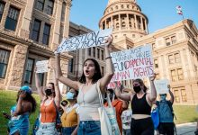 बिडेन प्रशासन गर्भपात रेफरल की पेशकश करने वाले क्लीनिकों के लिए संघीय निधि पर ट्रम्प-युग प्रतिबंध को उलट देता है
