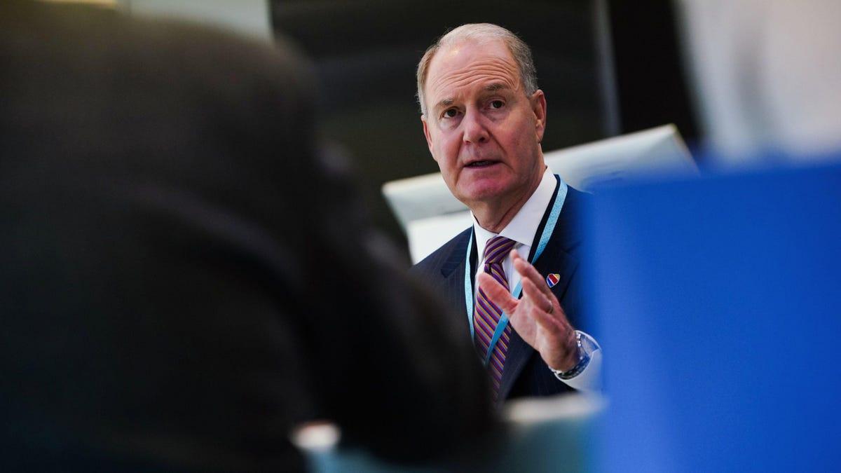 साउथवेस्ट एयरलाइंस के सीईओ ने उड़ान रद्द करने पर जोर दिया, जो कोविड वैक्सीन विरोध से जुड़ा नहीं है